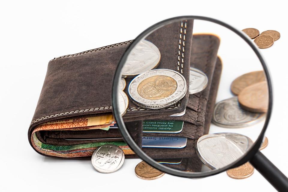 財布と虫眼鏡